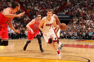 Goran Dragic drives on a waiting Joaquim Noah
